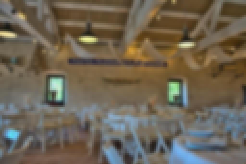 Photo de la salle de réception du château de Bois Rigaud en France, décorée à l'occasion d'un mariage dans le Puy-de-Dôme