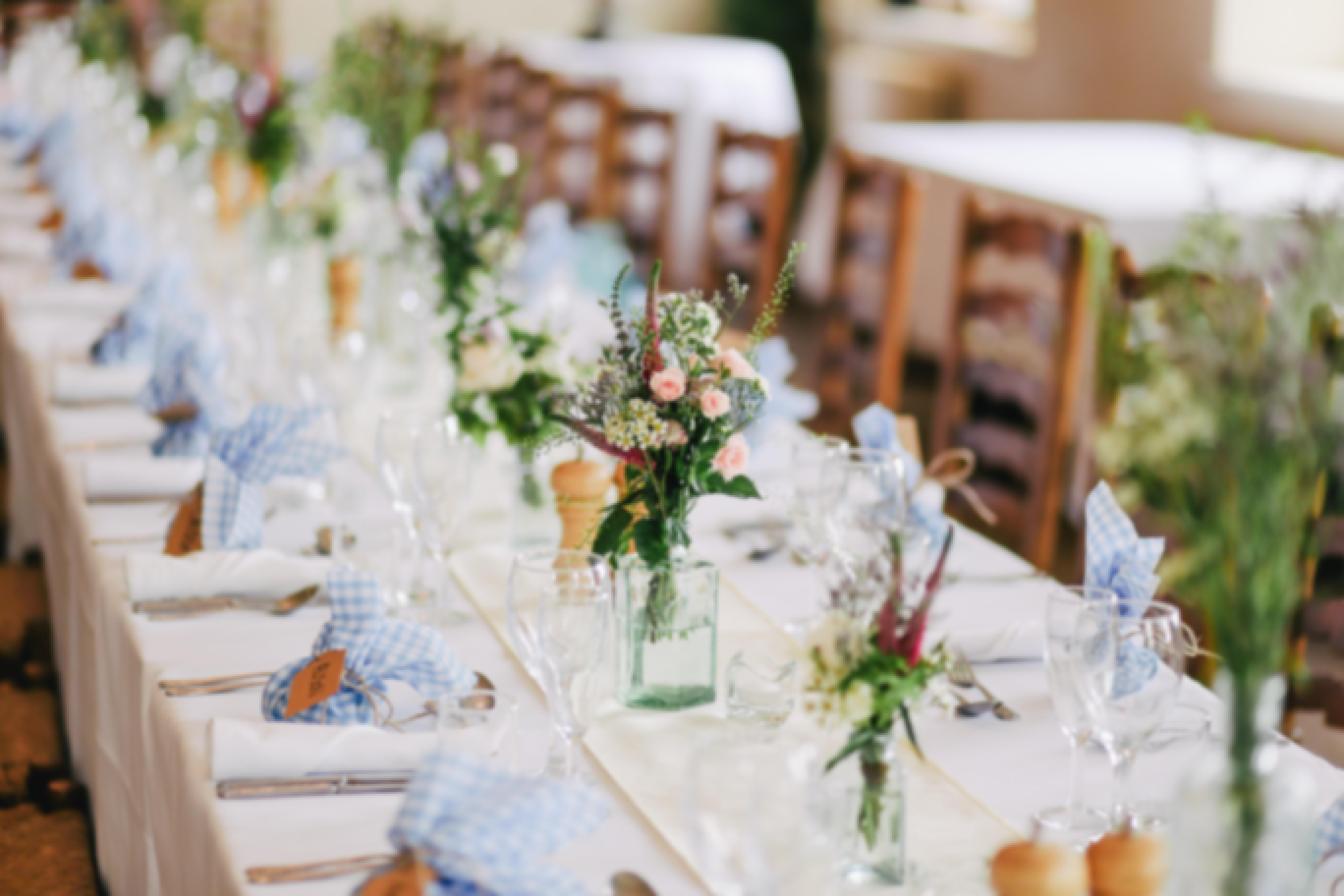 Photo d'une table de mariage décorée avec de la vaisselle