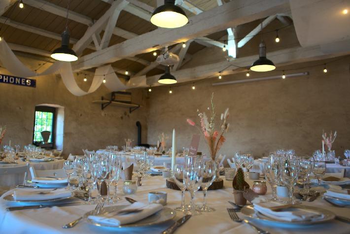 Photo de la salle de réception du château de Bois Rigaud en France, décorée à l'occasion d'un mariage