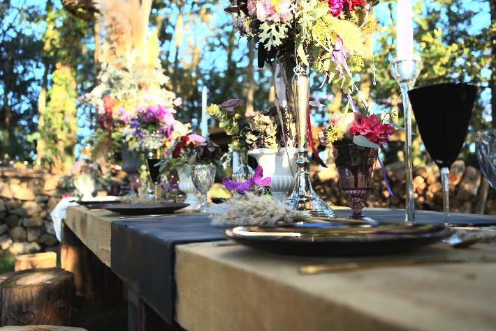 Photo de l'espace brunch en extérieur du château de Bois Rigaud, proposé aux mariés pour leur brunch du lendemain après un mariage, dans le Puy-de-Dôme