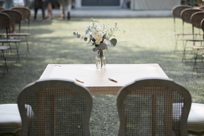 Photo d'un jardin décoré pour une cérémonie laïque de mariage en Auvergne, dans le Puy-de-Dôme