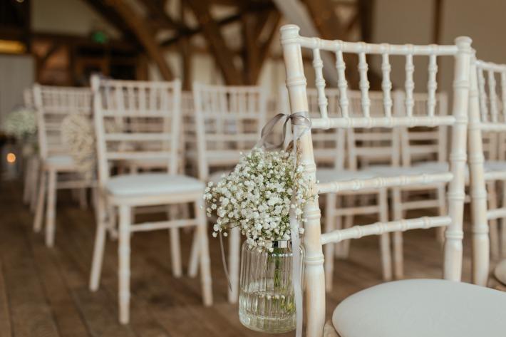 Photo de chaises Napoléon alignées et décorées pour un mariage en France