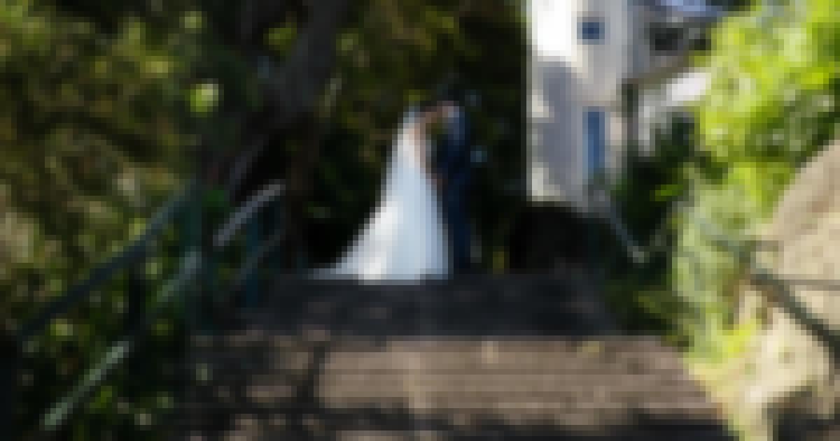 Photo de couple prise devant un château pour leur mariage en France