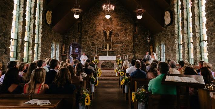 Photo d'une cérémonie de mariage religieuse dans la chapelle d'un château en France