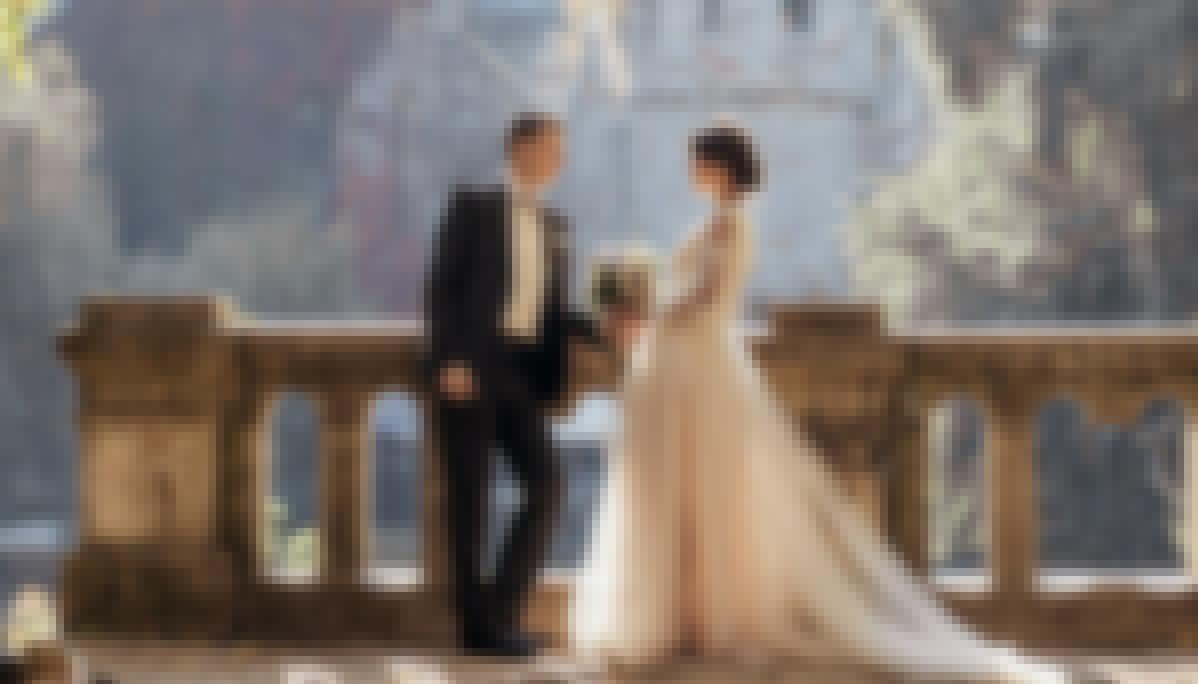 Photo d'un couple prise lors de la célébration de leur mariage en France devant un château