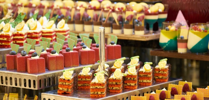 Photo d'un buffet de mariage avec des weddings cakes et des décorations