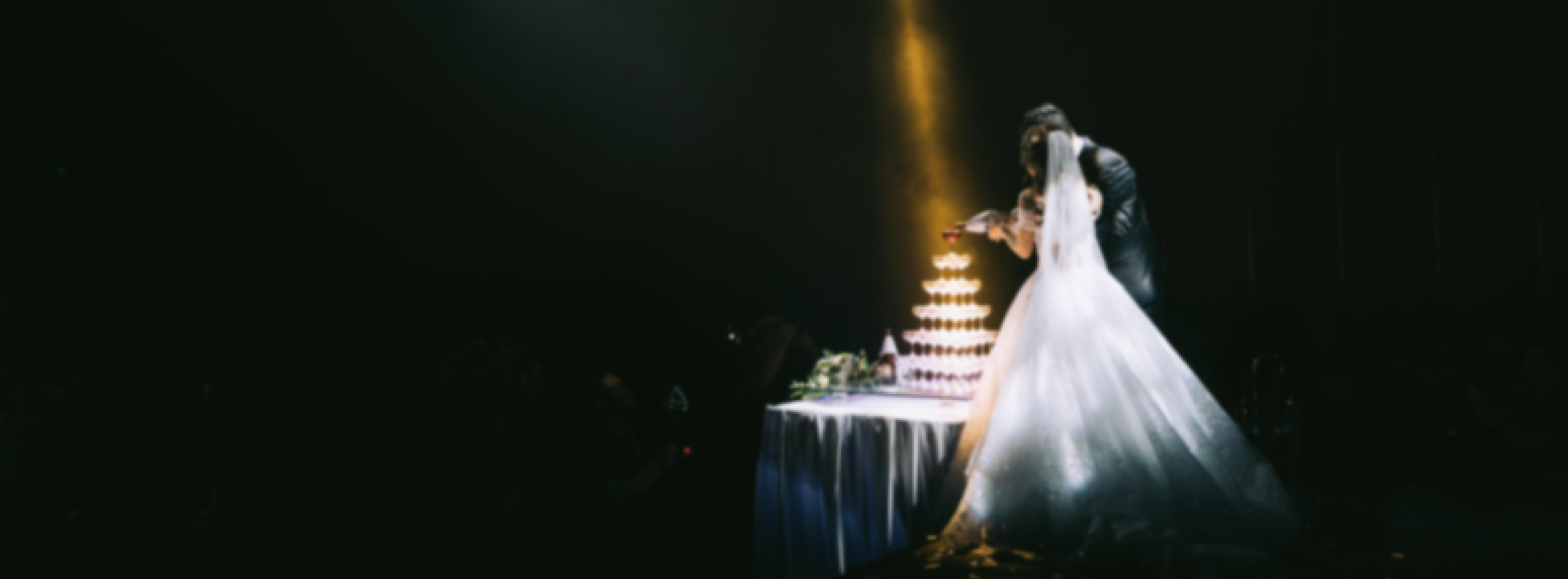 Photo d'un couple prise durant la nuit de leur mariage