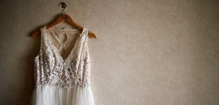 Photo d'une robe de mariée accrochée à un mur