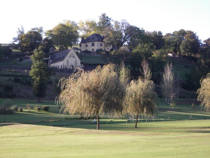 Photo du château de Salles dans le Cantal