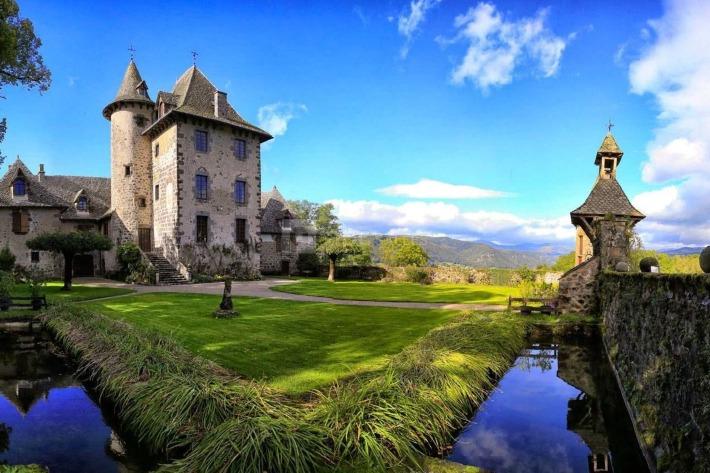 Photo du château de Vixouze dans le Cantal