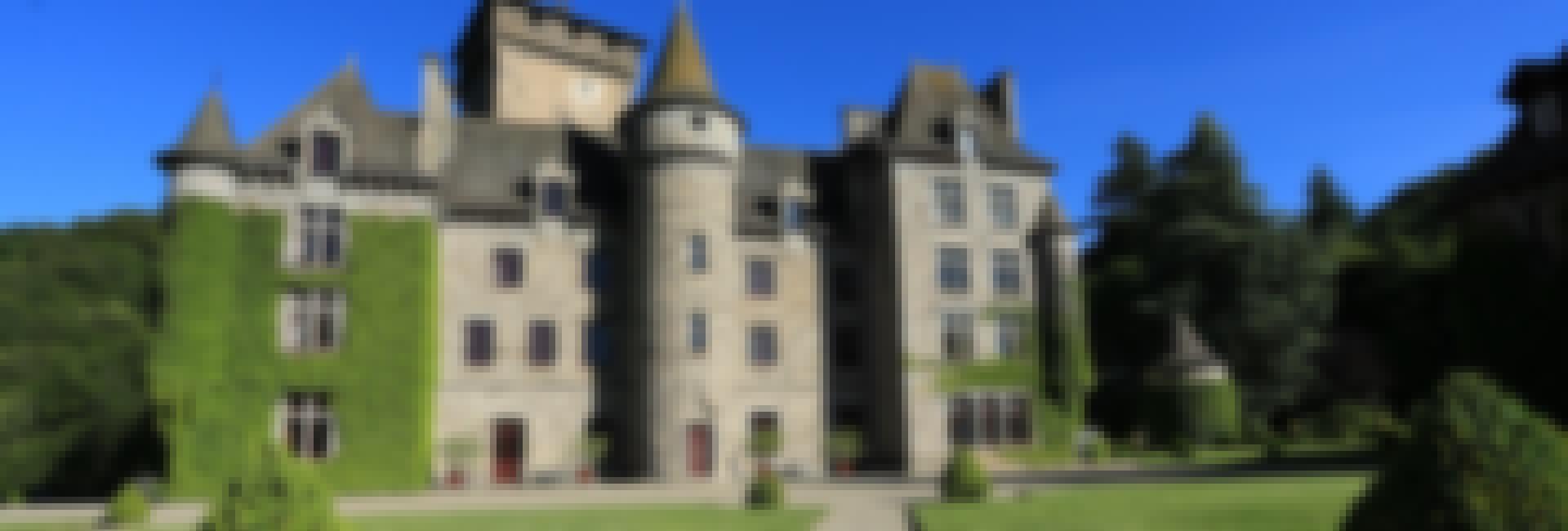 Photo du château de Pesteils dans le Cantal