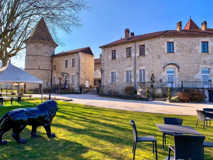 Photo de la façade du château de Chapeau Cornu près de Lyon