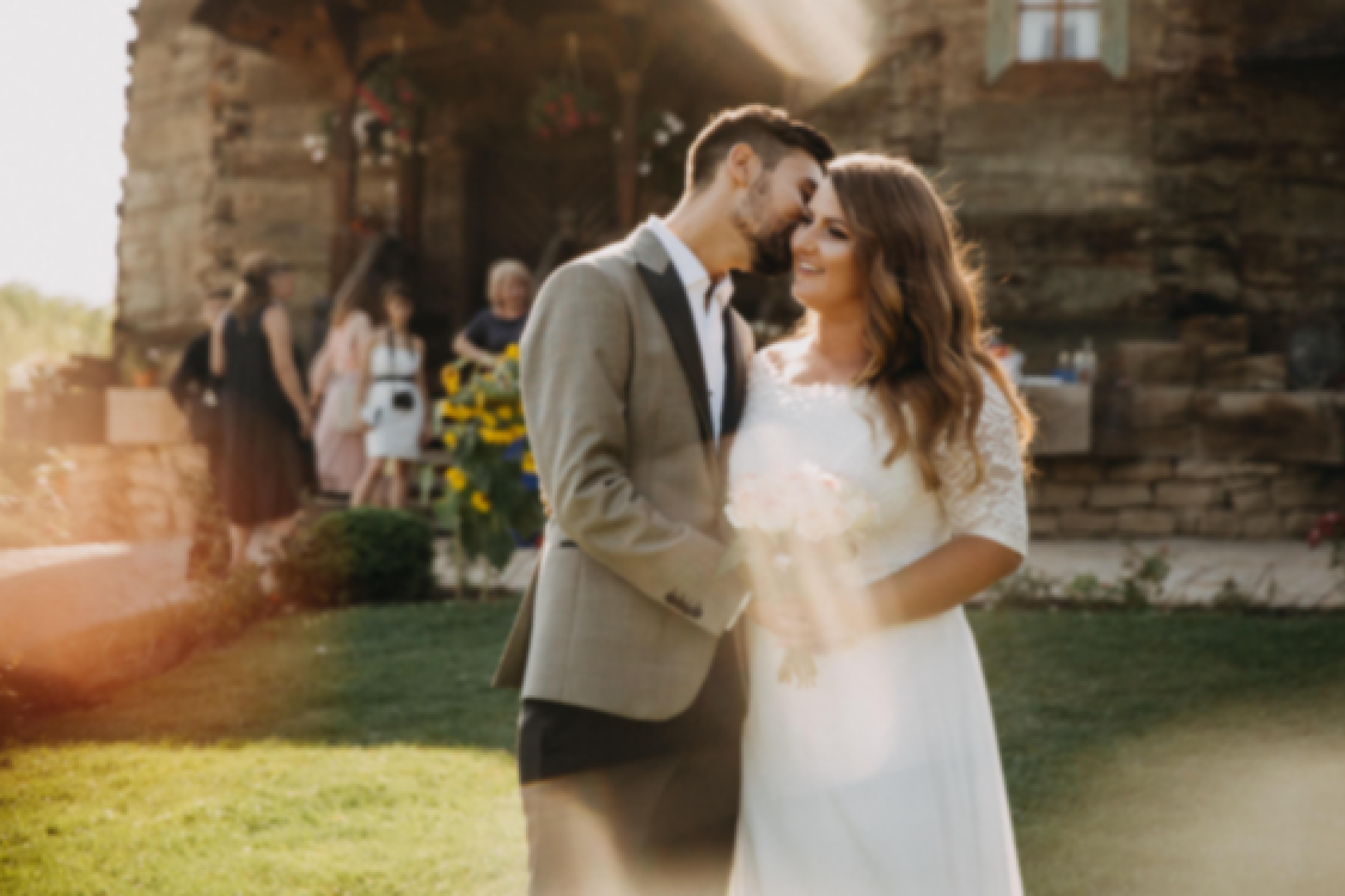 Photo d'un couple devant un château le jour de leur mariage