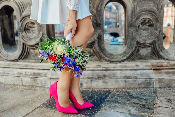 Photo d'une robe de mariée dans les rues de Paris