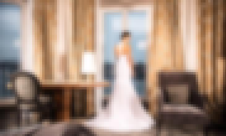 Une mariée dans une chambre d'hôtel