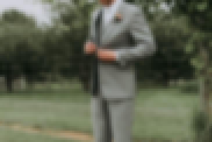Photo d'un futur marié dans son costume