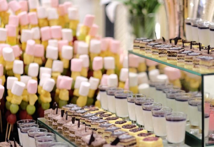 Photo d'un buffet de traiteur prise à l'occasion d'un mariage