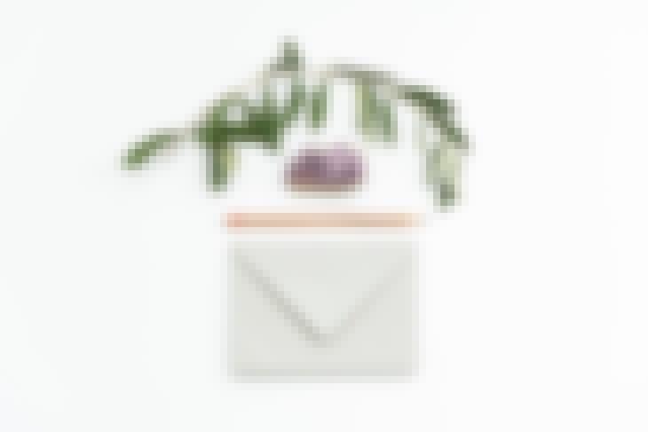 Photo d'une enveloppe pour l'envoi d'un save the date de mariage