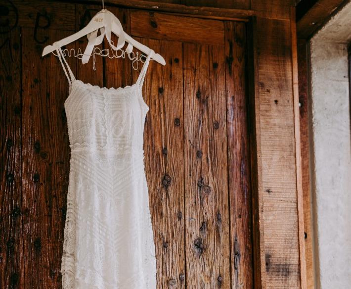 Photo d'une robe de mariée lors d'un essayage