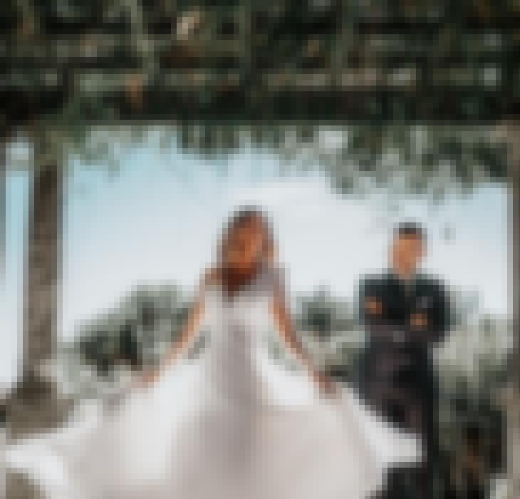Mariés célébrant leur jour J