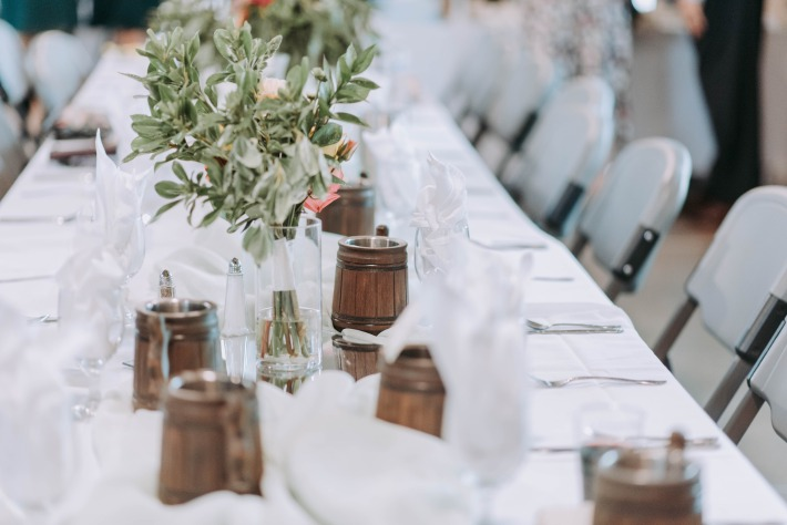 Photo d'une table de mariage décorée dans un lieu de réception en France.