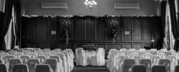 Photo d'une cérémonie de mariage photographiée en noir et blanc.