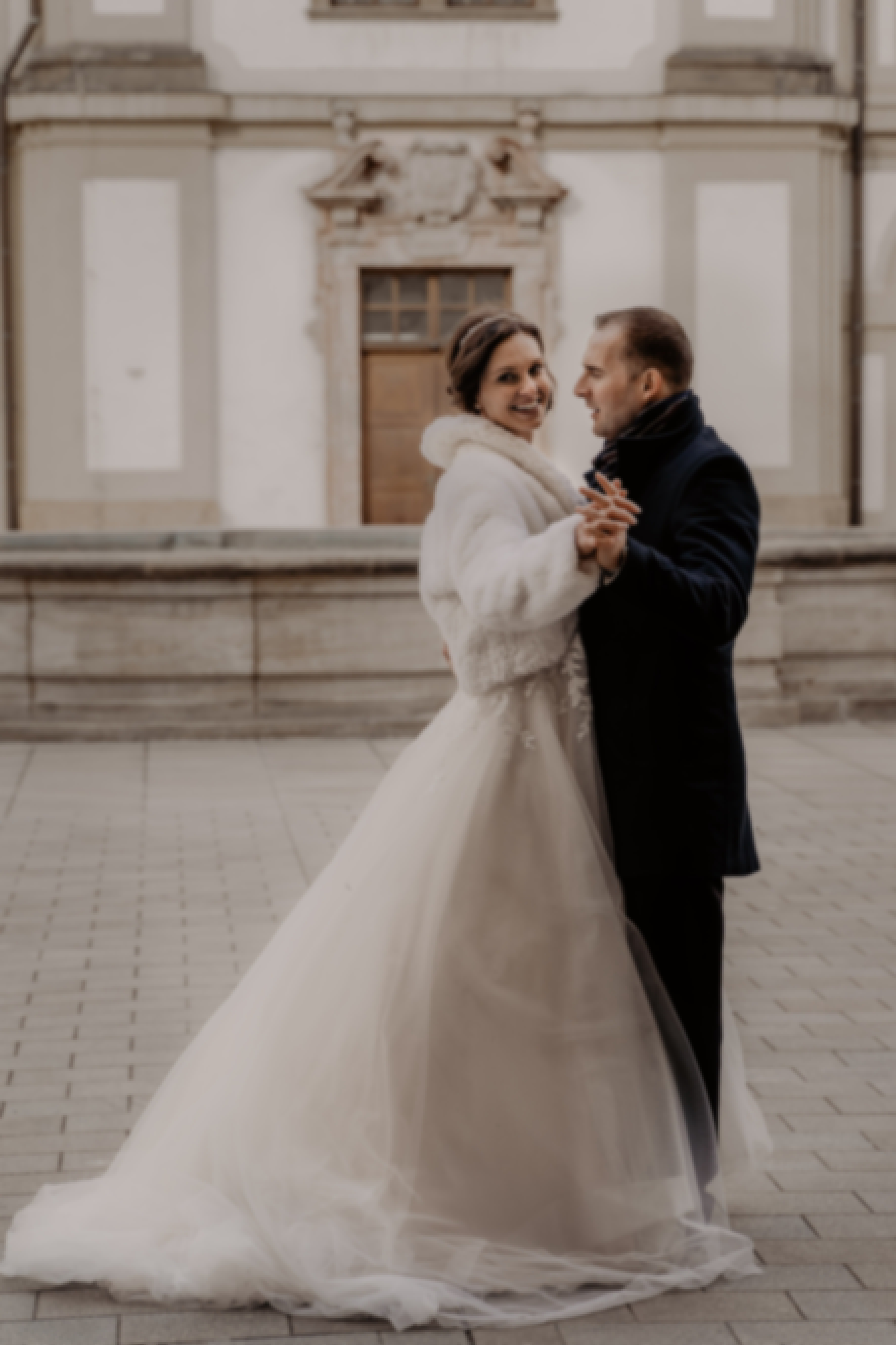 Photo de la façade d'un couple devant château en France prise le jour de leur mariage