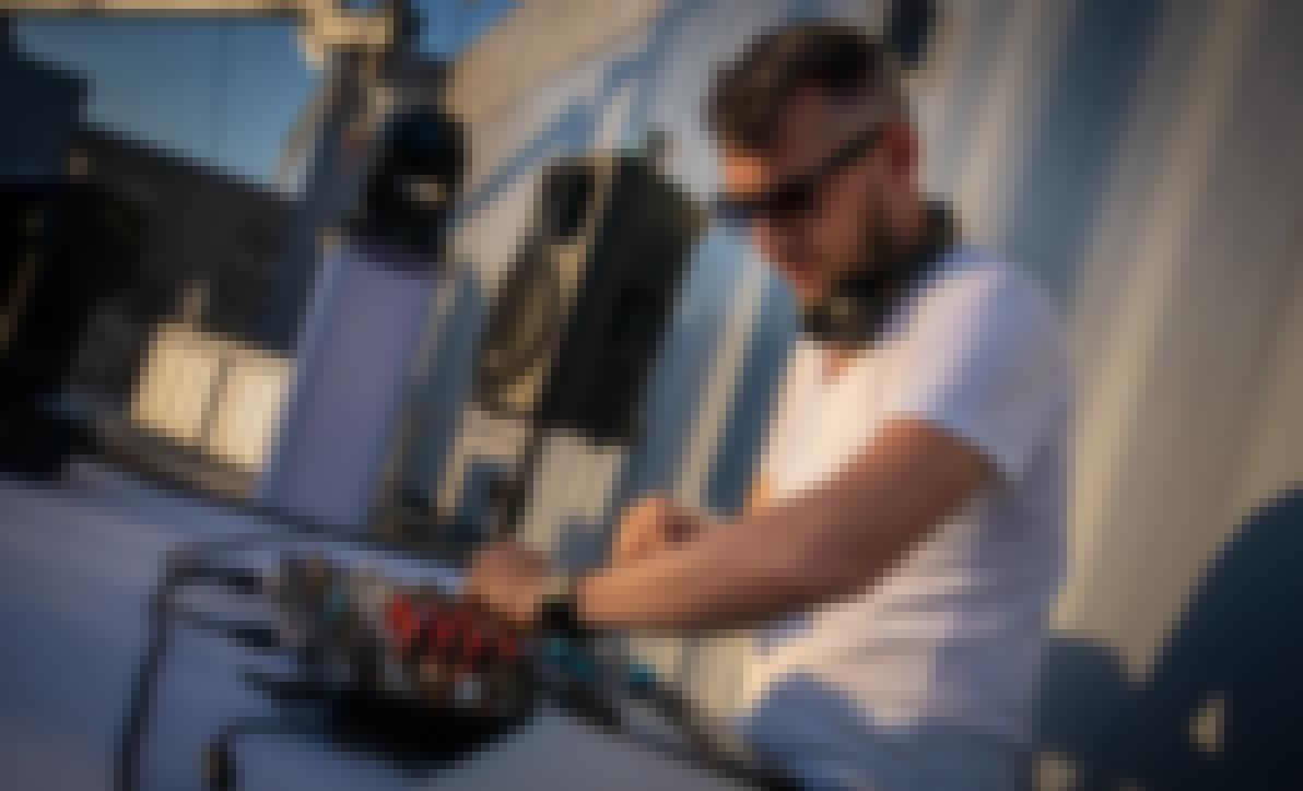 Ludovic Hautevelle, DJ en train de mixer lors d'un mariage
