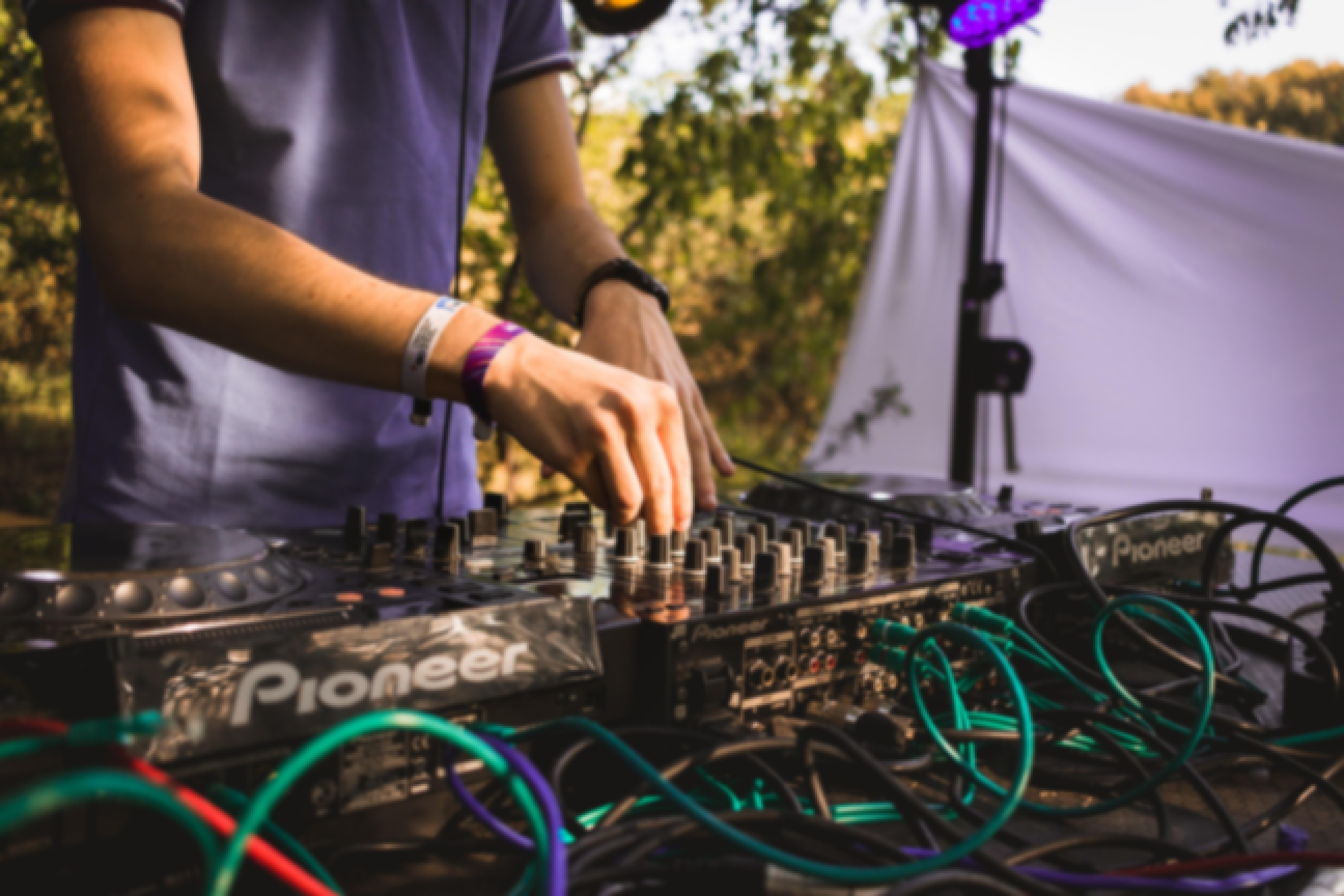DJ mixant sur ses platines lors d'un mariage dans le Puy-de-Dôme en Auvergne