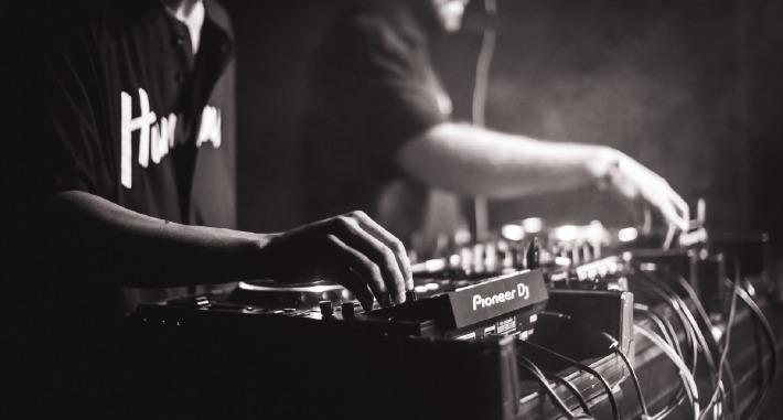 DJ mixant sur ses platines lors d'un mariage en Auvergne