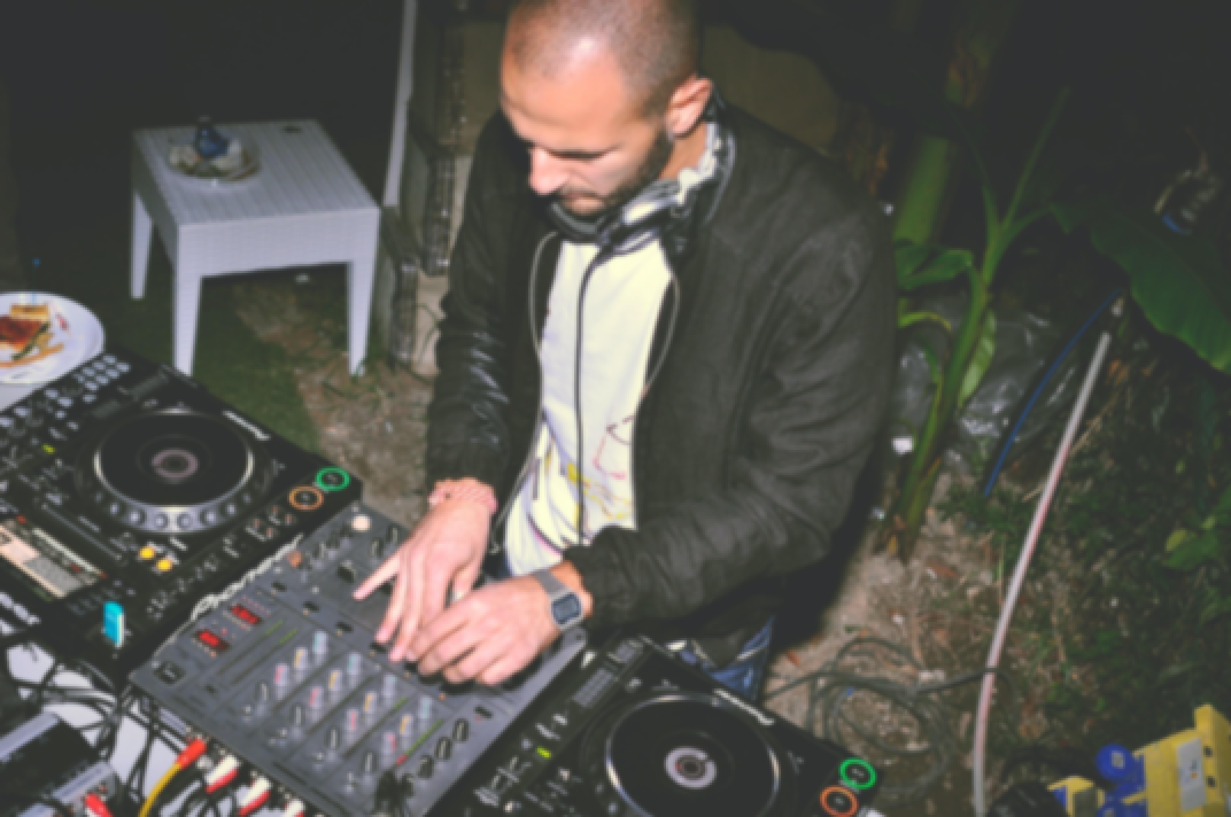 Photo d'un DJ de mariage en Auvergne proposant un prix attractif