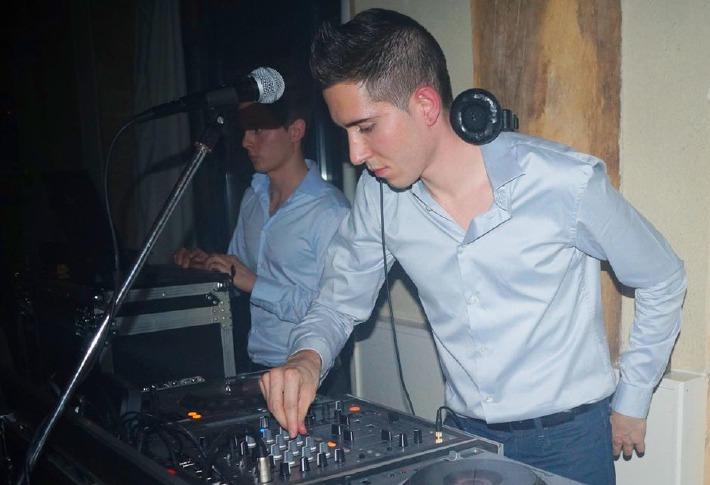 Florian Lagoutte, DJ en train de mixer lors d'un mariage en Auvergne