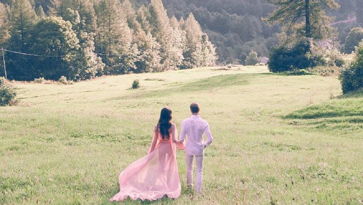 Photo d'un couple de mariés prise en extérieur à l'occasion d'un élopement