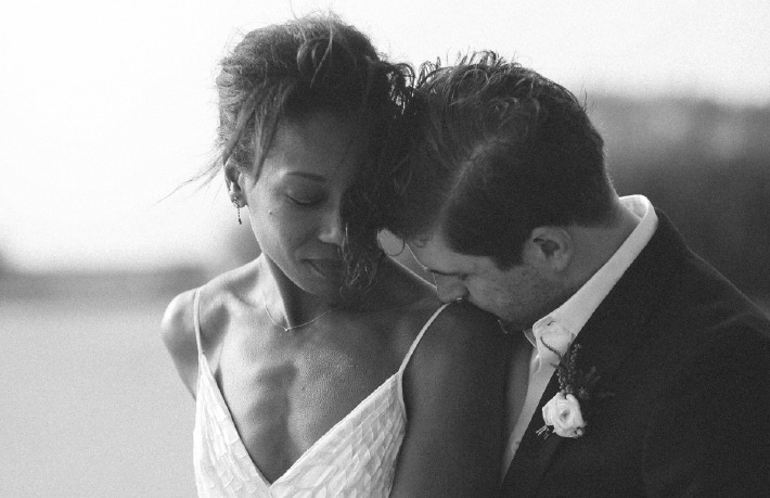 Photo en noir et blanc d'un couple prise par un photographe à l'occasion de leur mariage intime à deux, organisé sur le thème de l'elopement