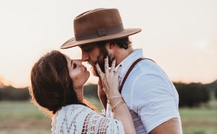 Photo d'un couple prise par un photographe pour un mariage à deux, un élopement en France
