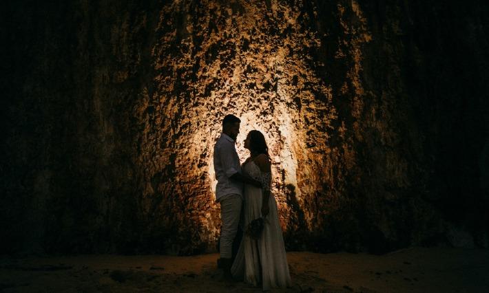 Photo d'un couple amoureux prise dans un lieu d'exception en pleine nature pour leur élopement