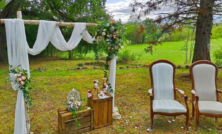 Photo de la décoration d'une cérémonie de mariage champêtre avec la fleuriste Atelier Végétal près de Clermont-Ferrand