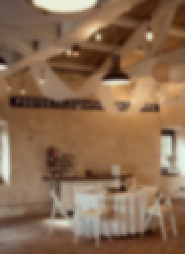 Décoration de la grange des mariages du château de Bois Rigaud dans le Puy-de-Dôme. La grange en bois a été décorée dans des tons de crème et beige.