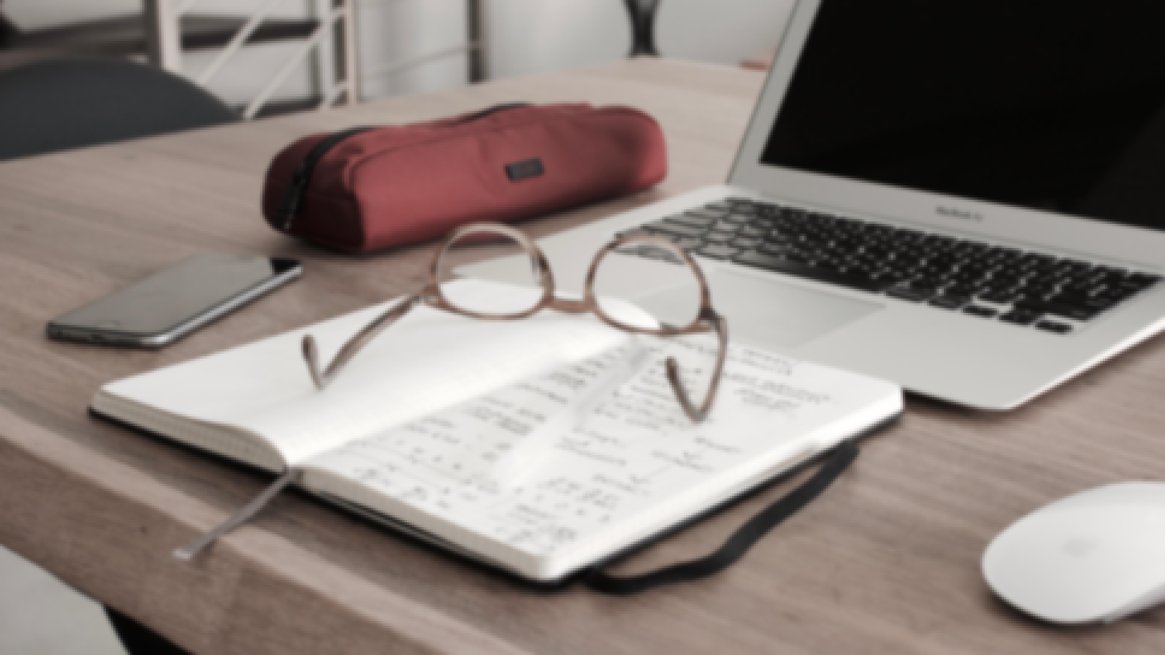 Photo d'une personne en train d'établir son budget de mariage à l'aide d'un ordinateur et d'un carnet de note