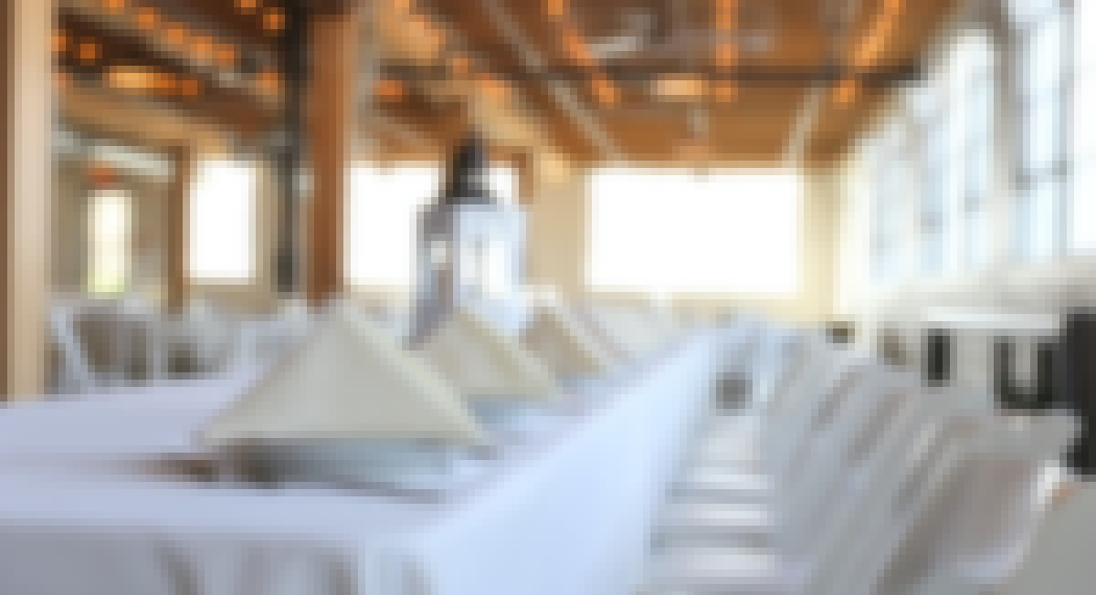 Photo d'une salle de réception avec des tables décorées pour un mariage en Auvergne