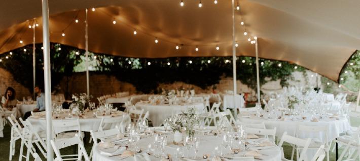 Photo d'un repas de mariage organisé en extérieur sous un chapiteau à louer dans le Puy-de-Dôme