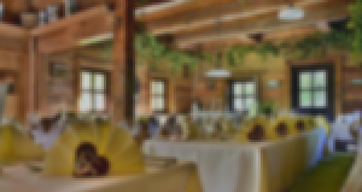 Photo des tables d'un restaurant décorées pour un mariage en France