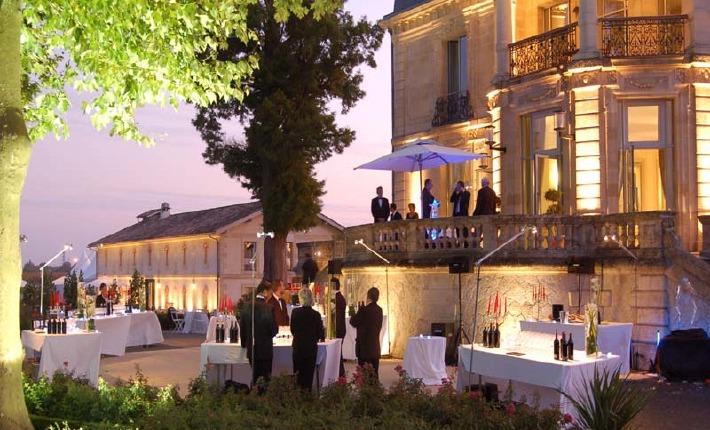 photo d'un banquet de mariage organisé en extérieur au château Grattequina