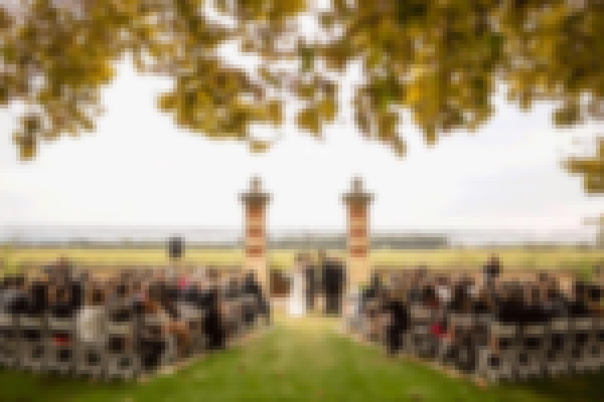 photo d'une jeune mariée entourée de ses enfants devant un château pour un mariage en Bourgogne