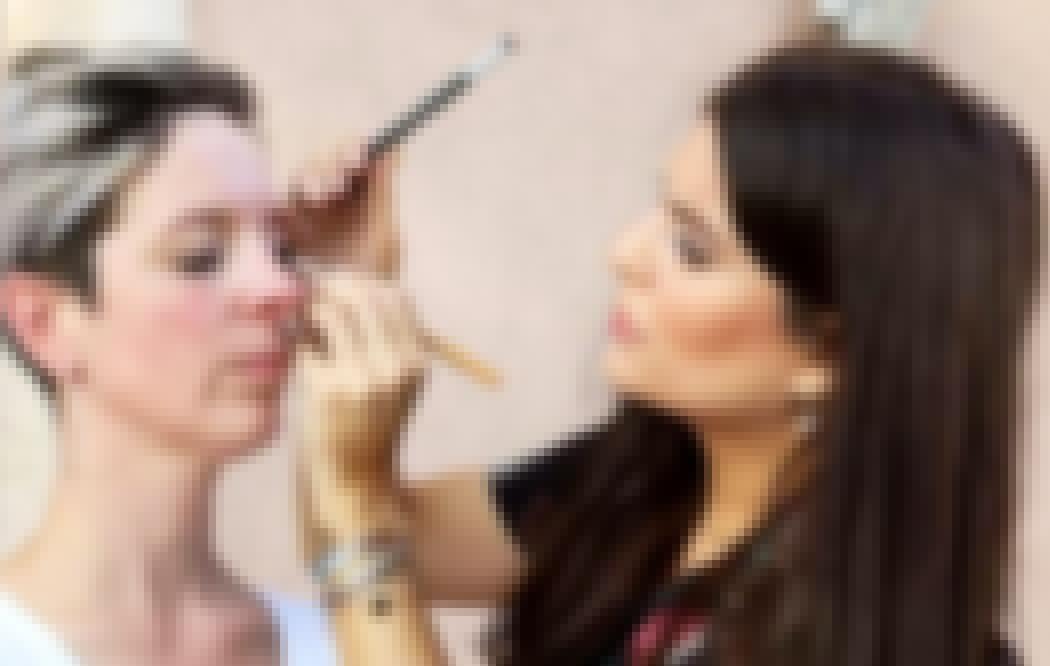 Photo d'une future mariée en train de se faire maquiller pour un mariage en Auvergne