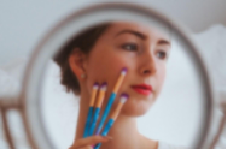Photo d'une future mariée en train de se faire maquiller pour un mariage en Auvergne'
