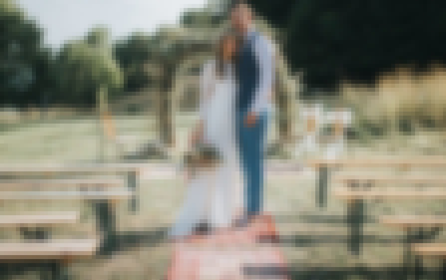 Photo d'une cérémonie de mariage décorée avec des tapis berbères et ethniques