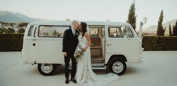 Photo d'un couple de mariés lors de leur mariage célébré sur le thème du mariage bohème chic