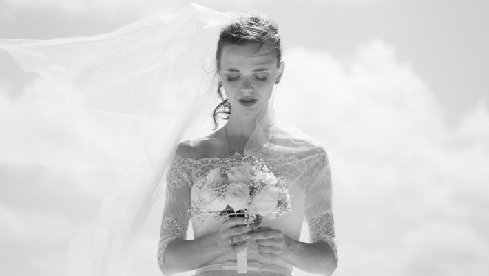 Photo d'une tenue de mariage fluide et légère sur un thème bohème