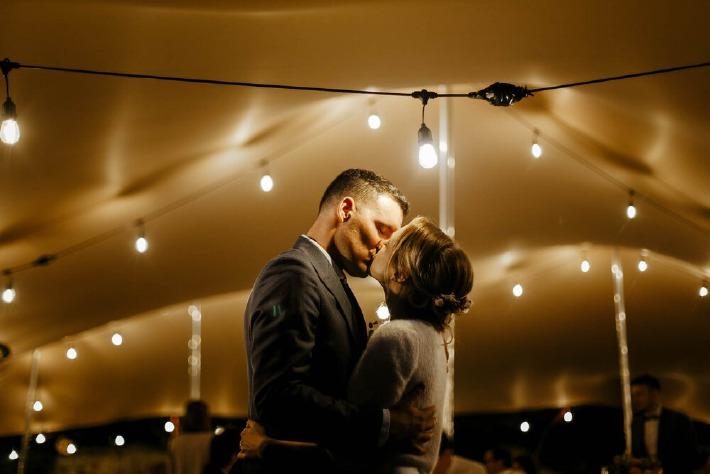 Photo d'un couple de mariés s'embrassant lors de leur mariage en Auvergne.